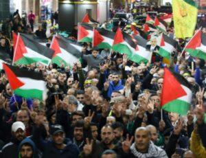 Palestinesi manifestano contro il piano di pace di Trump