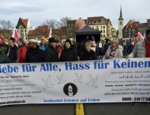 manifestanti contro l'estrema destra