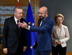 Il presidente del Consiglio europeo Charles Michel, il presidente della Commissione Ursula von der Leyen, presidente turco Tayyip Erdogan